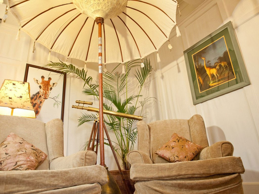 giraffe-manor-living-room