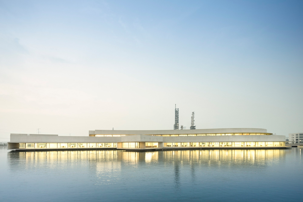 The-Building-on-the-Water---Álvaro-Siza-and-Carlos-Castanheira-41
